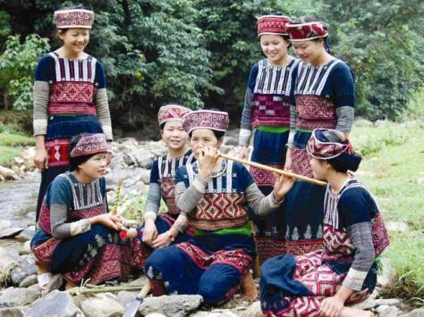 Nghệ nhân Đặng Thị Thanh dạy các cô gái thổi sáo.