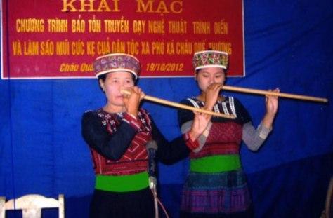 Nghệ nhân Đặng Thị Thanh truyền dạy sáo mũi Cúc Kẹ.