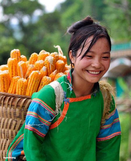 Phụ nữ dân tộc Phù Lá nô nức đi chợ mua thực phẩm dự trữ cho những Ngày Tết.