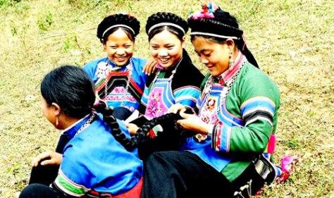 Trang phục truyền thống nữ - tộc Phù Lá.