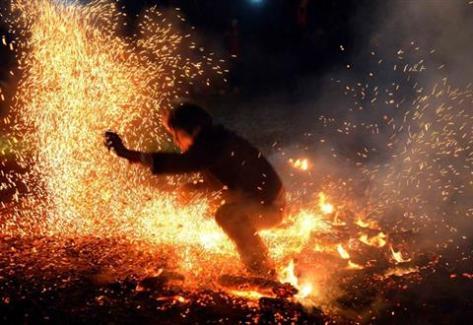 Các chàng trai Pà Thẻn như có một sức mạnh phi thường, họ không hè sợ hãi trước ngọn lửa.