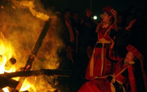 Người Pà Thẻn tin rằng, một khi nhảy vào lửa, phụ nữ sẽ nhảy nhót suốt bảy ngày đêm không dừng lại được.