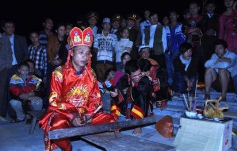 Trong lúc thầy cúng làm lễ, các thanh niên chuẩn bị nhảy lửa người lắc rất mạnh.