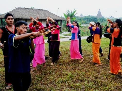 Múa, hát trong nghi lễ.