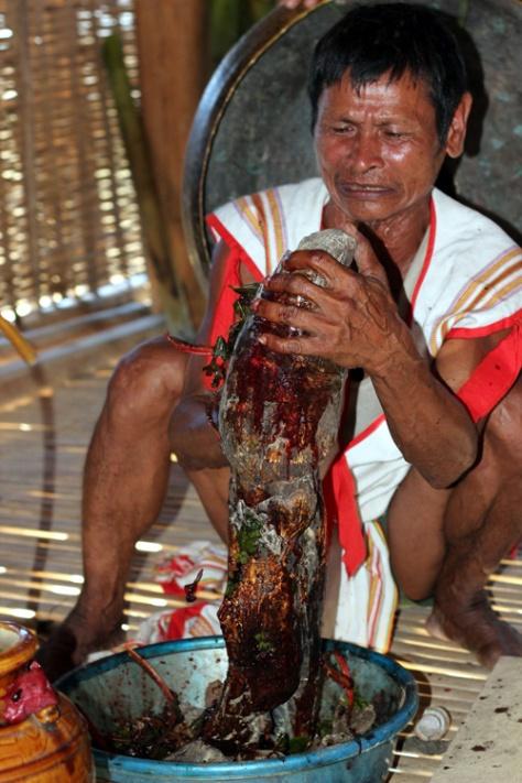 """Già làng A Reng """"tắm"""" huyết cho Yang Plút - Ảnh Phạm Anh."""