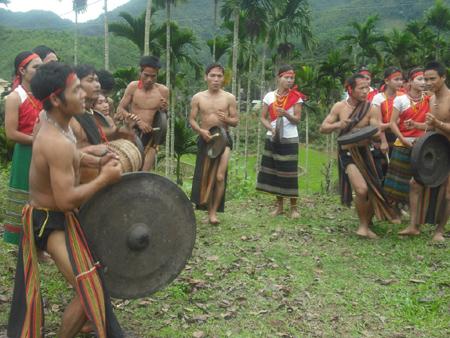 Khi phần nghi lễ đã qua đi và nhanh chóng nhường chỗ cho phần hội, con người hòa nhập vào nhau.