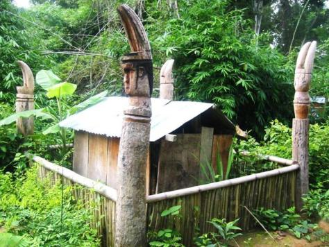 Nét tiêu biểu trong kiến trúc nhà mồ truyền thống của người Rơ Măm là hình tượng những cặp ngà voi, được đẽo gọt công phu, trên đỉnh 4 cây cột dựng ở góc nhà mồ.