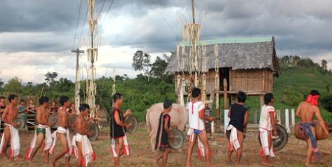 Nhà Rông thờ thần Yang Plút và là nơi tổ chức lễ hội ăn mừng lúa mới. Ảnh ĐV.