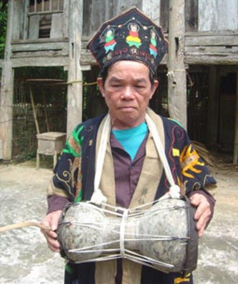 Ông Hoàng Tiến Đồng và chiếc trống sành.  (Ảnh LQH)