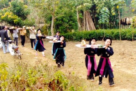 Các thiếu nữ đội lễ lên đình thổ công trong ngày Lễ Cầu Mùa.