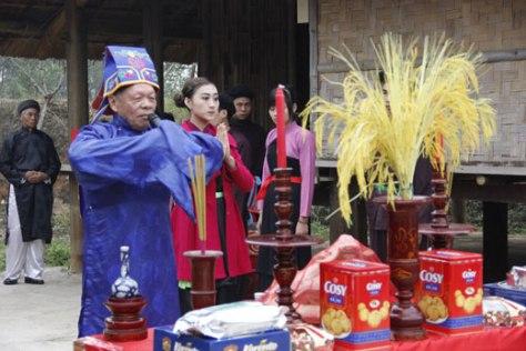 Chủ lễ thực hiện nghi lễ Cầu Mùa.