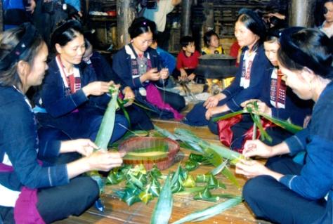 Người Sán Chay làm bánh chim câu, bánh sừng bò, trong lễ cầu mùa.