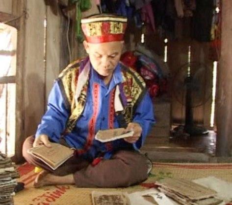 Những cuốn sách cổ quý giá về điệu hát Sình ca được ông Sầm Dừn cất giữ cẩn thận.