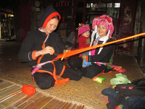 Phụ nữ Sán Chay tự tay dệt vải may trang phục truyền thống.