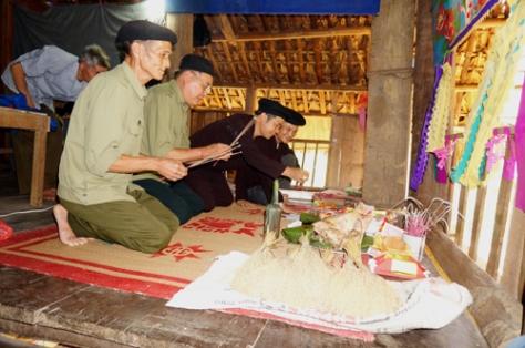 Thầy cúng đang làm lễ trong nghi lễ Cầu an của người Sán Chay.