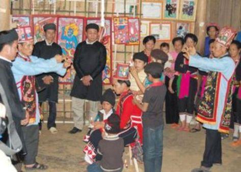Thầy Tào và thầy Mo làm lễ cho người được cấp sắc.