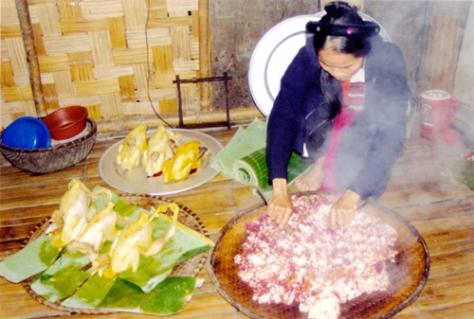 Xôi ngũ sắc, loại xôi truyền thống được sử dụng để cúng trong lễ cầu mùa của người Sán Chí ở Phú Lương, tỉnh Thái Nguyên.