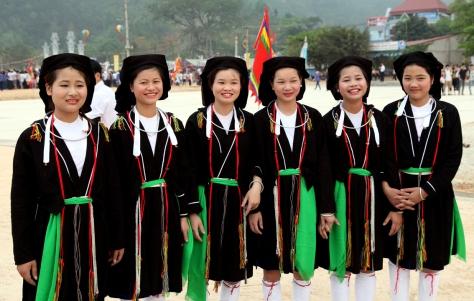 Bộ trang phục truyền thống làm tôn nên vẻ đẹp nữ tính của người phụ nữ dân tộc Sán Dìu.