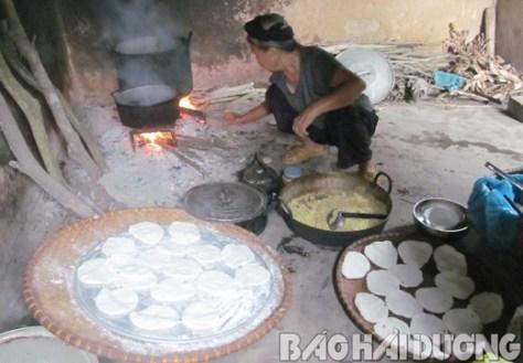 Nhà cụ Lưu Thị Hụt, 78 tuổi ở thôn Chín Thượng, xã Bắc An (Chí Linh) làm bánh dày, bánh boong rằm tháng 7.