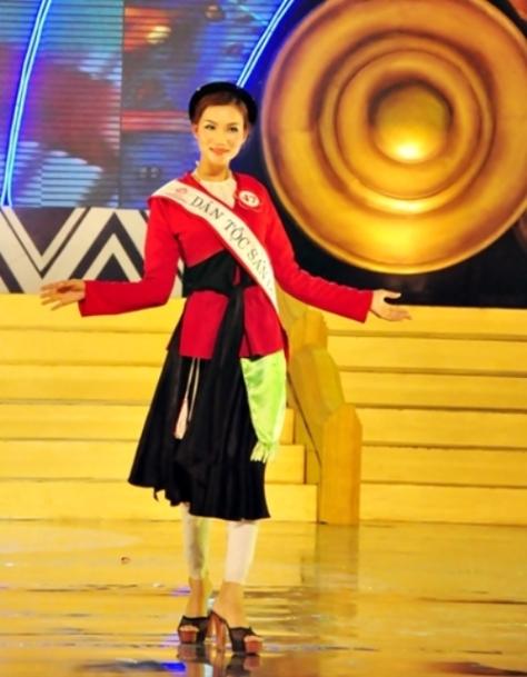 Thí sinh Nguyễn Thị Sáu, tộc Sán Dìu, trong một kỳ thi Hoa Hậu Dân Tộc.