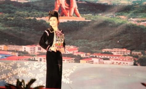 Trang phục nữ của tộc Si La.