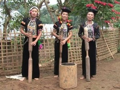 Nhìn vào cách đội khăn giúp phân biệt cô gái Si La chưa chồng, cô gái đã có chồng nhưng chưa có con và phụ nữ đã có con.