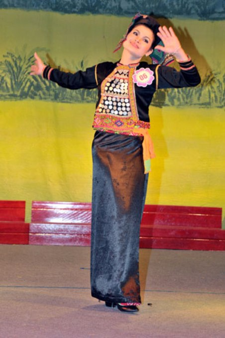 Thí sinh Hà Hồng Nhung, tộc Si La,  trong kỳ thi Trang Phục Truyền Thống Dân Tộc.