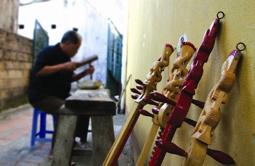 Chế tác đàn Tính đòi hỏi người thợ phải kiên trì, có đôi bàn tay khéo và hiểu biết về đàn Tính.