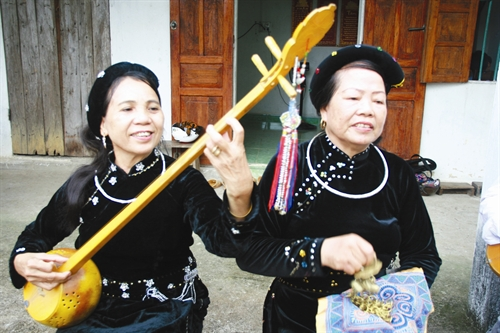 Sử dụng thành thạo đàn Tính là niềm tự hào của phụ nữ dân tộc Tày.