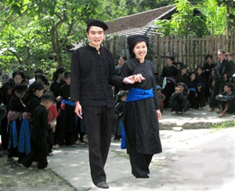 Trang phục nam nữ dân tộc Tày.