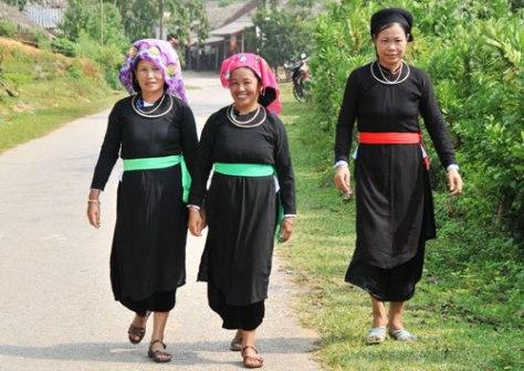 Trang phục nữ dân tộc tày ở Lào Cai.