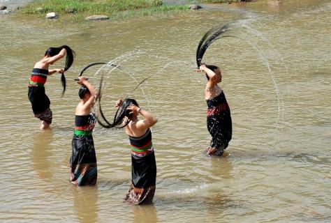 Bên cạnh điệu xòe và chiếc khăn piêu, mái tóc trở thành nét riêng có của phụ nữ Thái.