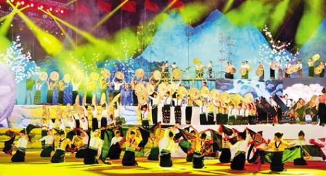 Chương trình nghệ thuật trong ngày hội dân tộc Thái. (ảnh Thanh Hà)