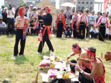 """Một nghi thức trong lễ """"Hết Chá"""" của người Thái Trắng."""