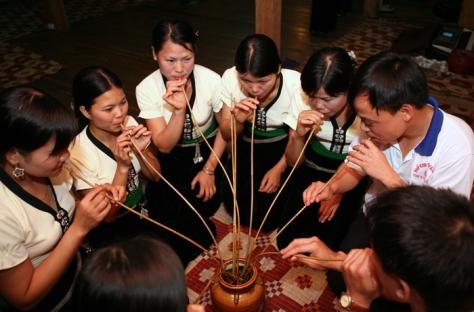 Rượu cần là đồ uống không thể thiếu đối với phong tục sinh hoạt văn hoá của người Thái.
