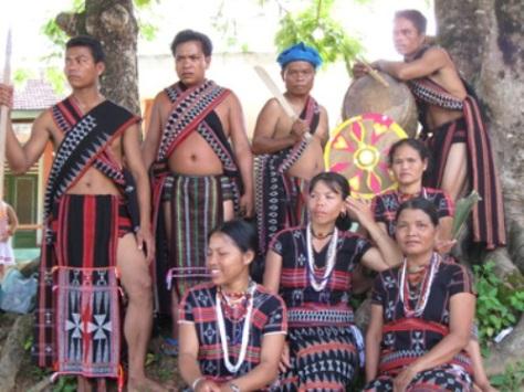 Chuẩn bị lễ hội với trang phục truyền thống.