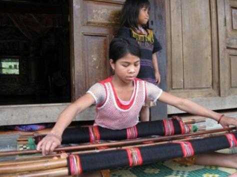 Thiếu nữ dệt zèng (vải thổ cẩm) chuẩn bị áo mới đón tết.