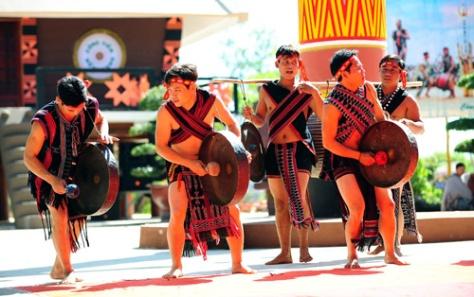Tiết mục cồng chiêng của Đoàn dân tộc Tà Ôi (tỉnh Thừa Thiên Huế) biểu diễn tại Công viên Văn hóa Đồng Xanh. Thanh Hà – TTXVN