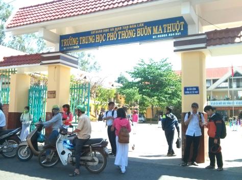 Trường THPT Buôn Ma Thuột, nơi em Thiện bị bắt lên xe tù
