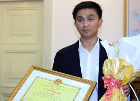 Anh Trần Thắng, người tặng gần 200 bản đồ Trung Quốc không có Hoàng Sa dành tặng cho Đà Nẵng. (Ảnh Nguyễn Đông)