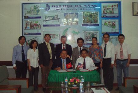 GS Charles Nguyễn Cường (ngồi, trái) trong lễ ký chương trình hợp tác giữa Đại học CUA và Đại học Đà Nẵng.
