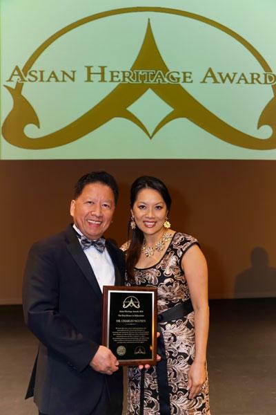GS Charles Nguyễn Cường (trái) cùng phu nhân nhận Giải thưởng '2014 Asian Heritage Award'.