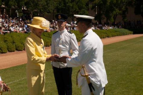 """Nguyễn Khoa Nam nhận lãnh huy chương cao qúi """"Commander-In-Chief's Medal"""" do Bà Tổng Toàn Quyền Quentin Bryce trao tặng."""