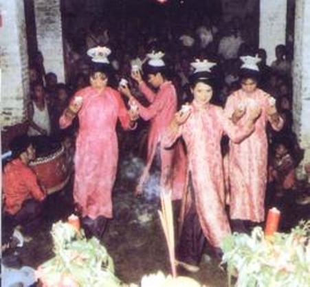 Phụ nữ tộc Kinh múa hoa đăng, trích Trung quốc dân tộc, Nxb Trung Quốc Dân tộc Nhiếp ảnh Nghệ thuật, Bắc Kinh, 1989.