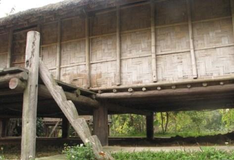 Cầu thang của ngôi nhà sàn khá chênh vênh chỉ với 1 thân gỗ.