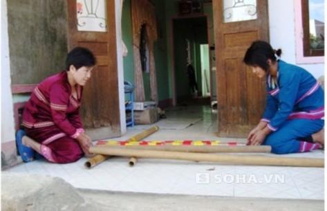 Chị Y Sinh (ngồi bên trái) đang hướng dẫn học viên học chơi đàn Klông-pút tại nhà mình.