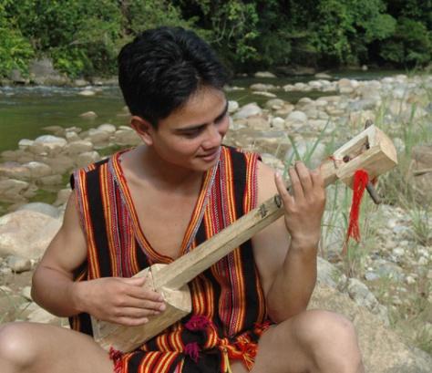 Nghệ nhân trẻ dân tộc Xơ Đăng (xã Trà Nam) diễn tấu đàn Prong ló.