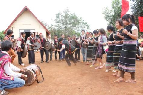 Tái hiện lễ đâm trâu trong lễ hội.