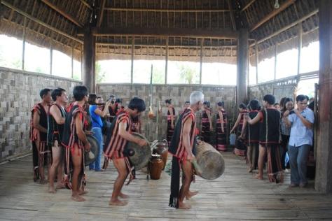 Trong các lễ hội của người Xơ Đăng, Cồng- Chiêng- Xoang- Chiêu là những thành tố có mối quan hệ chặt chẽ, hòa quyện không thể tách rời.