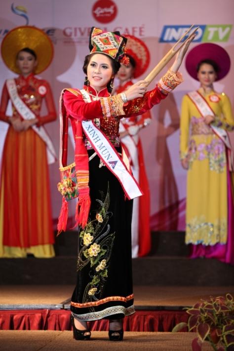 Lò Thị Minh, tộc Xinh Mun, trong kỳ thi Hoa Hậu Dân Tộc năm 2013.